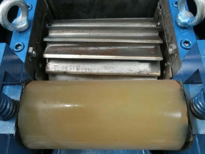 Rubber roller of the plastic pellet cutter