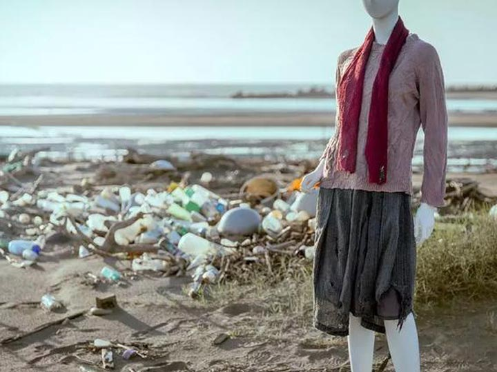 The clothes on the model are plastic waste from the beach